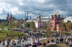 俄罗斯,莫斯科- 2017年9月16日:上帝和克里姆林宫景色的母亲的象的教会从Zaryadye的停放  免版税库存图片