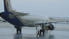 俄罗斯,莫斯科- 2017年10月12日:飞机停车处在机场飞机棚 飞机在飞机棚,航空器背面图和 股票视频