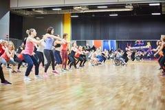 俄罗斯,莫斯科- 6月03日,2017女孩和孩子演奏在健身房的体育 图库摄影