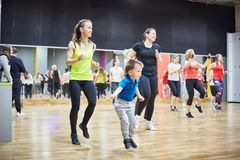 俄罗斯,莫斯科- 6月03日,2017女孩和孩子演奏在健身房的体育 免版税库存图片