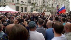 俄罗斯,莫斯科- 2017年6月12日:反对在Tverskaya街上的Navalny组织的腐败的集会 人群作了嘘声外出的po