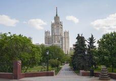 俄罗斯,莫斯科- 2016年5月11日:正方形和摩天大楼Kotelnic的 库存图片
