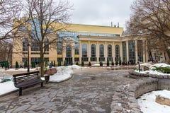 俄罗斯,莫斯科- 2016年11月08日:现代大厦健康俱乐部明白在一个折衷样式筑成池塘 库存图片
