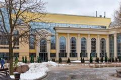 俄罗斯,莫斯科- 2016年11月08日:现代大厦健康俱乐部明白在一个折衷样式筑成池塘 库存照片