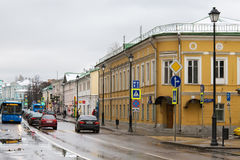 俄罗斯,莫斯科- 2016年11月08日:老Pokrovka街道看法在秋天 免版税库存照片
