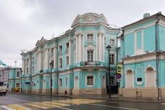俄罗斯,莫斯科- 2016年11月08日:Apraksin-Trubetskoy宫殿在老Pokrovka街道上的在秋天 库存图片