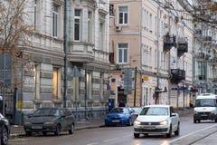 俄罗斯,莫斯科- 2016年11月08日:Chistoprudny大道车行道在有老历史大厦的莫斯科 免版税库存图片