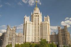 俄罗斯,莫斯科- 2016年5月11日:Kotelnicheskaya emb的摩天大楼 库存图片