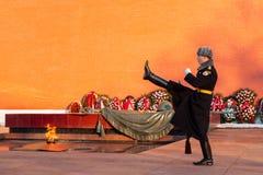 俄罗斯,莫斯科- 1月03,2011 :仪仗队在无名英雄墓的克里姆林宫墙壁的  免版税库存图片