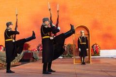 俄罗斯,莫斯科- 1月03,2011 :仪仗队在无名英雄墓的克里姆林宫墙壁的  免版税库存照片