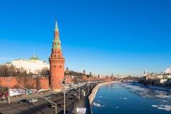 俄罗斯,莫斯科- 2月02:在2017年莫斯科克里姆林宫  Moskva河的堤防 库存照片