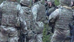 俄罗斯,诺夫哥罗德- 2018年4月21日:敲打,迷彩漆弹运动队采摘在下诺夫哥罗德 影视素材