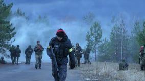 俄罗斯,诺夫哥罗德- 2018年4月21日:敲打,迷彩漆弹运动队采摘在下诺夫哥罗德 股票视频