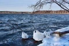 俄罗斯,车里雅宾斯克地区 自然纪念碑-湖Uvildy在11月中旬在阴天 库存照片
