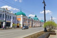 俄罗斯,鄂木斯克 有19世纪的古老大厦的一条街道在城市的中部 免版税库存图片