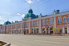 俄罗斯,鄂木斯克 有19世纪的古老大厦的一条街道在城市的中部 免版税库存照片