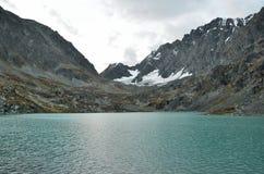 俄罗斯,阿尔泰山,湖Kuyguk Kuiguk在微明下 免版税库存图片
