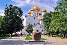 俄罗斯,雅罗斯拉夫尔市的金黄圆环。新的假定大教堂 库存图片