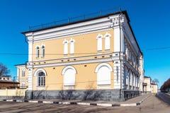 俄罗斯,雅罗斯拉夫尔市4月07日 2016年 在伏尔加河堤防的老建筑学 库存图片