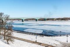 俄罗斯,雅罗斯拉夫尔市3月27日2016年 10月桥梁通过河伏尔加河 修造在几年1961-1966 免版税图库摄影