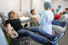 俄罗斯,马格尼托哥尔斯克,- 2015年8月,19日 捐赠在一个流动血液汇集驻地的血液开放对所有公民 免版税库存照片