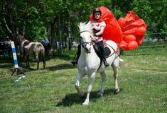 俄罗斯,马格尼托哥尔斯克,- 2018年6月,23日 车手在马背上在Sabantui期间是一个民间犁节日 图库摄影