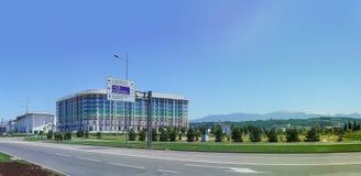 俄罗斯,索契- 6月05 2017年:在奥林匹克大道的路标和一个现代旅馆郁金香旅馆晴朗的夏日的大厦 免版税库存图片