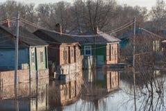 俄罗斯, Balashov 2018年4月14日 凹下去的下面水篱芭街道房产 充斥在春天群Hoper期间 库存图片