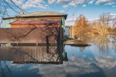 俄罗斯, Balashov 2018年4月14日 凹下去的水下的篱芭街道房产 充斥在春天堆Hoper河期间 免版税图库摄影