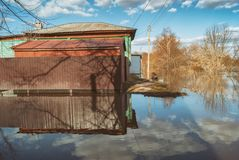 俄罗斯, Balashov 2018年4月14日 凹下去的水下的篱芭街道房产 充斥在春天堆Hoper河期间 库存图片
