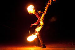 俄罗斯, BALTIYSK - 2014年7月06日:未知的艺术家展示火展示在开放节日波儿地克的火费斯特2014年 库存照片