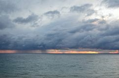俄罗斯, Dzhubga,黑海在晚上在秋天 免版税库存照片