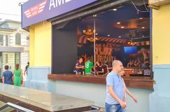 俄罗斯, Ekaterinburg, 2018年6月30日 墨西哥足球迷情感地讲话在娱乐酒吧 橄榄球世界杯 图库摄影