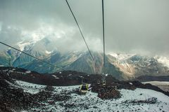 俄罗斯, Elbrus 在滑雪胜地的缆车,山 库存图片