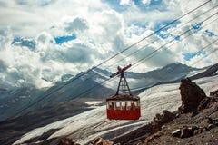 俄罗斯, Elbrus 在滑雪胜地的缆车,山 库存照片