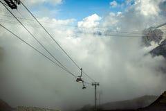 俄罗斯, Elbrus 在滑雪胜地的缆车,山 免版税库存图片