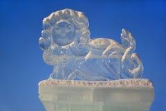 俄罗斯, Izhevsk - 2017年1月28日:狮子的兵马俑在中心广场站立 库存照片