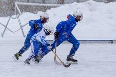 俄罗斯, KOROLEV - 2015年1月15日:三维阶段儿童的打来打去的曲棍球联盟,俄罗斯 库存照片