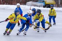 俄罗斯, KOROLEV - 2015年1月15日:三维阶段儿童的打来打去的曲棍球联盟,俄罗斯 库存图片