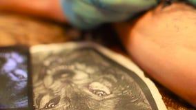 俄罗斯, Novokuzneck, 2017年7月6日:画纹身花刺 股票视频