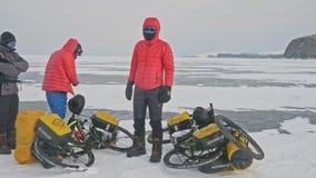 俄罗斯, OLKHON - 2018年2月28日:从波兰的骑自行车者旅客在自行车乘坐冰 极端发怒贝加尔湖 股票录像