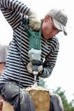 俄罗斯, Siberiya - 1 09 2013年:工作者修建房子 免版税图库摄影