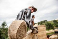 俄罗斯, Siberiya - 1 09 2013年:工作者修建房子 免版税库存照片