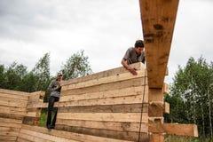 俄罗斯, Siberiya - 1 09 2013年:工作者修建房子 库存照片