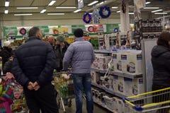 俄罗斯, StPetersburg supermark的27,12,2015个未知的买家 库存图片