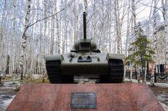 5 04 2012年俄罗斯, YUGRA, Khanty-Mansiysk, Khanty-Mansiysk,在`记忆公园`安装的垫座的T-34坦克 monum 免版税库存图片