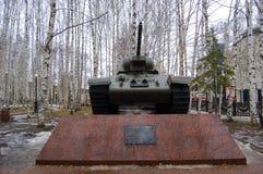 5 04 2012年俄罗斯, YUGRA, Khanty-Mansiysk, Khanty-Mansiysk,在`记忆公园`安装的垫座的T-34坦克 monum 库存照片