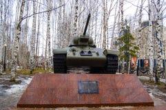 5 04 2012年俄罗斯, YUGRA, Khanty-Mansiysk, Khanty-Mansiysk,在`记忆公园`安装的垫座的T-34坦克 monum 库存图片