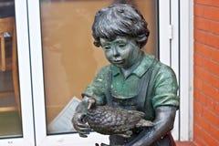 俄罗斯, ZELENOGRADSK - 2014年10月11日:一个男孩的雕塑有鸟的 免版税库存图片