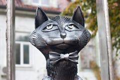 俄罗斯, ZELENOGRADSK - 2014年10月11日:典雅的猫雕塑在蝶形领结的 免版税库存照片